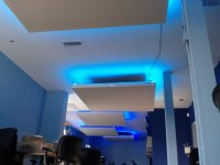 lampa led w salonie