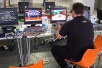 pracownik przy komputerach