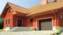Jednolita kolorystyka bramy garażowej, okien i drzwi pozwala otrzymać spójną kompozycję fasadową utrzymaną w klasycznej estetyce